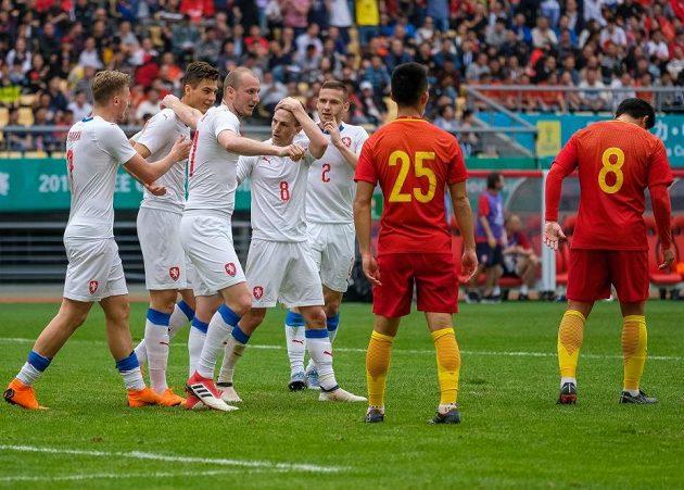Zleva Antonín Barák, Patrik Schick, Michael Krmenčík, Vladimír Darida a Pavel Kadeřábek se radují během duelu s Čínou.