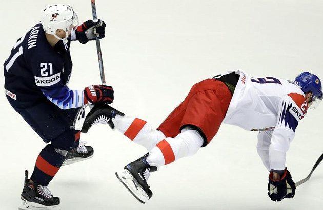 Dmitrij Jaškin padá po střetu s Dylanem Larkinem z USA.