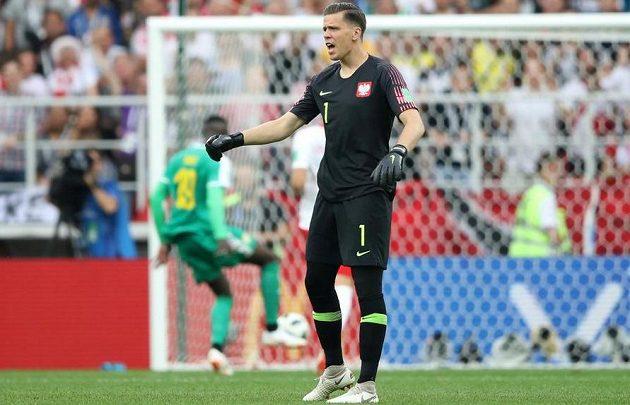 Polský brankář Wojciech Szczesny se zlobí na své spoluhráče, ale podíl na druhé inaksované brance v utkání MS se Senegalem měl i on sám.