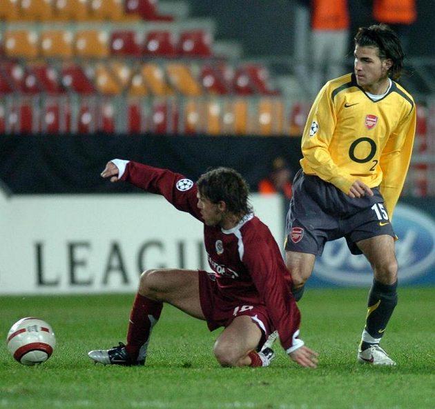 Cesc Fábregas (vpravo) v dresu Arsenalu na Letné proti sparťanovi Karolu Kiselovi.