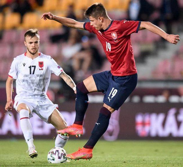 Albi Doka z Albánie (vlevo) a český útočník Adam Hložek během přípravného utkání s Albánií.