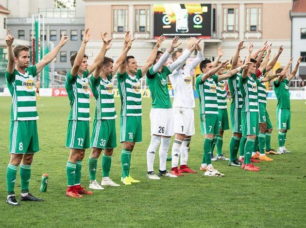 Fotbalisté Bohemians oslavují vítězství na Dukle.