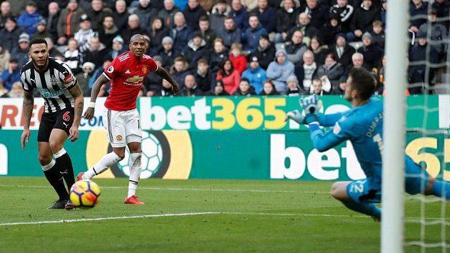 Ashley Young (v červeném) a všichni hráči Manchesteru United byli na Martina Dúbravku krátcí...