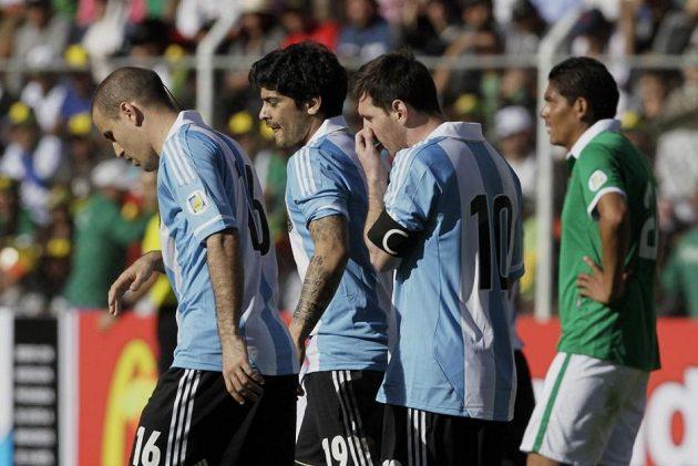 Zleva argentinští fotbalisté Rodrigo Palacio, Ever Banega a Lionel Messi krátce po vstřelení vyrovnávacího gólu.