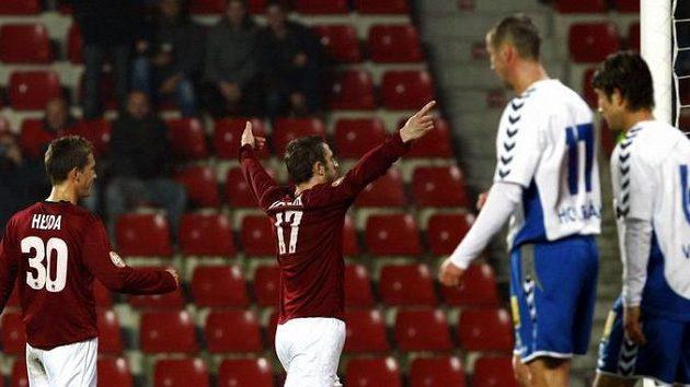 Jan Holenda (uprostřed) oslavuje gól proti Liberci