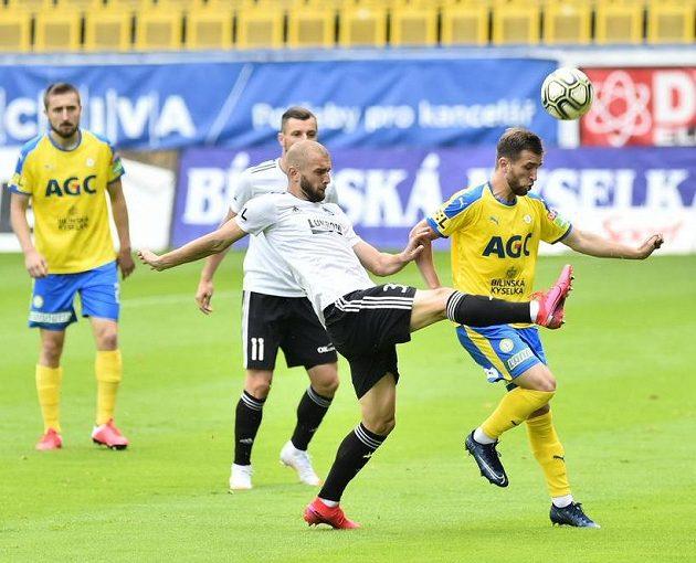 U míče zprava Daniel Trubač z Teplic a Marek Hlinka ze Zlína.