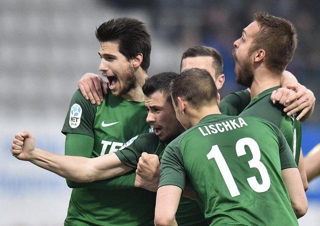 Jablonečtí se radují z gólu na 2:1, který vstřelil Vladimir Jovovič (druhý zleva).