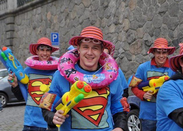 Juraj Kucka (uprostřed) přivádí sparťany vymóděné v supermanovských tričkách na mistrovskou plavbu parníkem.
