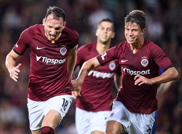 Libor Kozák ze Sparty a Adam Hložek oslavují gól na 1:0 během utkání s Olomoucí.