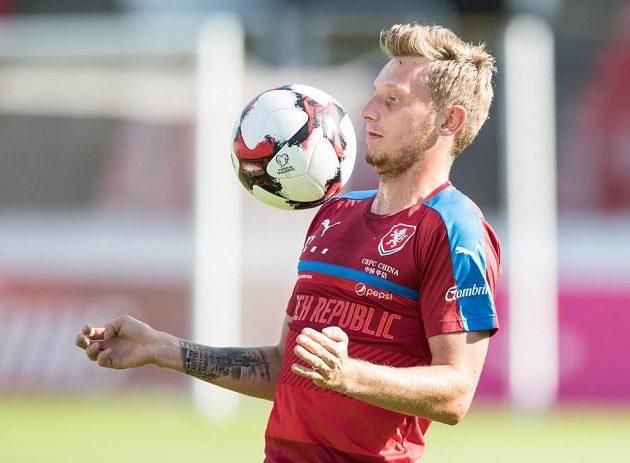 Ladislav Krejčí zpracovává míč...