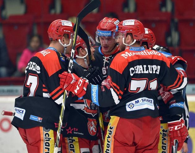 Hráči Hradce Králové se radují z gólu. Uprostřed je autor branky Matej Paulovič.