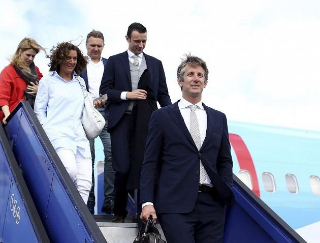 Vítej ve Stockholmu! Edwin van der Sar (vpravo), sportovní ředitel Ajaxu, po příletu do dějiště finále Evropské ligy.