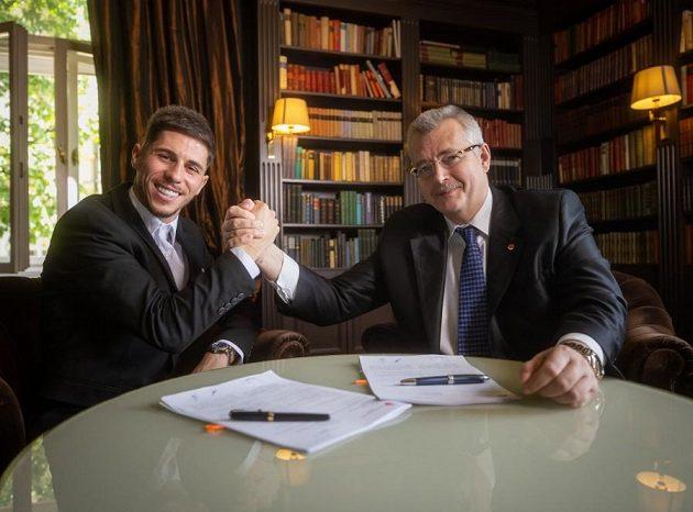 Ujednáno, podepsáno! Šéf Slavie Jaroslav Tvrdík (vpravo) vítá další posilu, Srdjana Plavšiče ze Sparty...