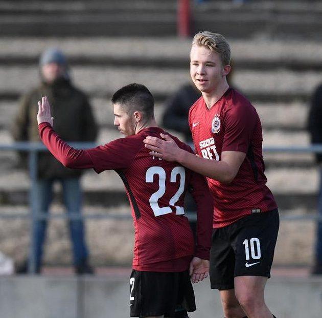 Mladý sparťan Václav Drchal (vpravo) děkuje Plavšičovi za asistenci během hattricku proti Táborsku.