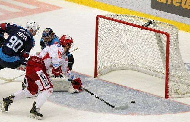 David Cienciala z Třince střílí vítězný gól ve čtvrtfinále play off hokejové extraligy do sítě chomutovských Pirátů.