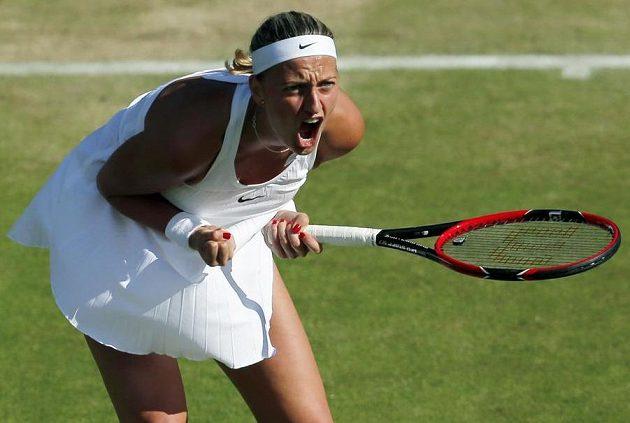 Petra Kvitová se hecuje v utkání 2. kola Wimbledonu.