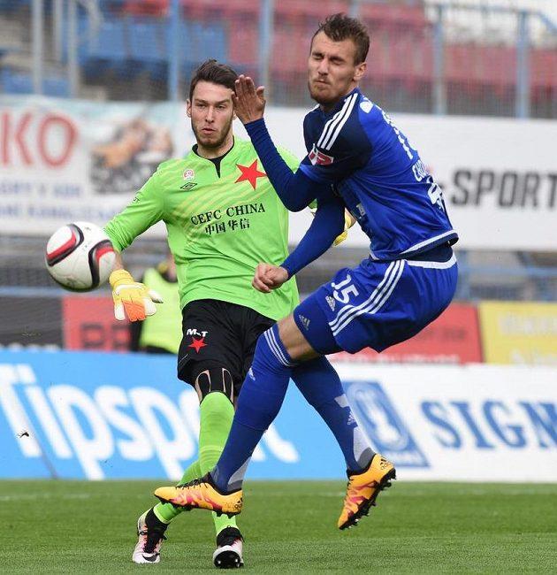 Brankář Slavie Pavlenka zasahuje v utkání v Olomouci.