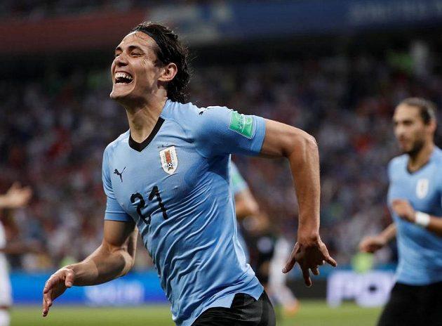 Uruguayec Edinson Cavani oslavuje svůj gól Portugalsku.
