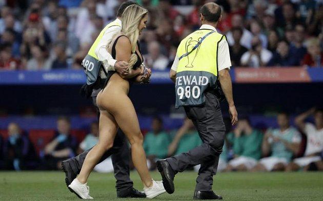 Finále fotbalové Ligy mistrů mezi Liverpoolem a Tottenhamem narušila polonahá fanynka.
