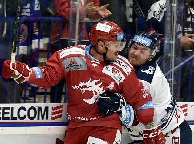 Hokejisté Vladimír Dravecký z Třince a David Kvasnička z Vítkovic během extraligového utkání.