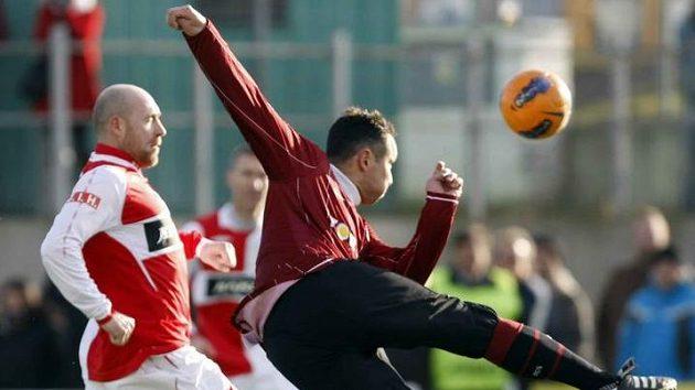 Sparťan Mlejnský vystřihl pod dohledem slávisty Štajnera během silvestrovského derby parádní nůžky.
