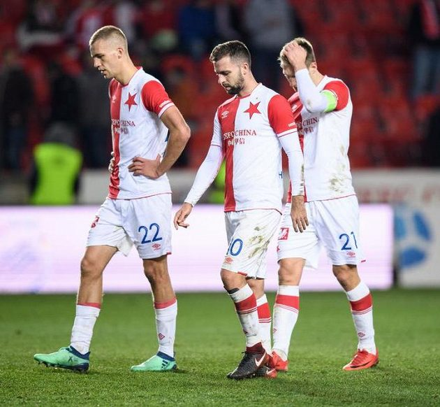 Fotbalisté Slavie (zleva) Tomáš Souček, Josef Hušbauer a Milan Škoda po porážce se Zlínem.