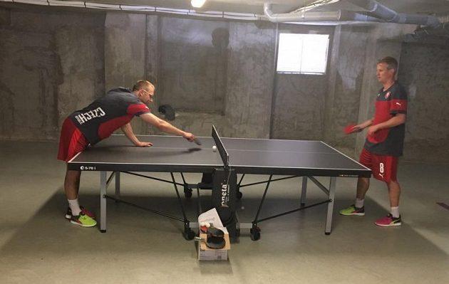 Daniel Kolář (vlevo) a David Limberský při bitvě ve stolním tenisu.