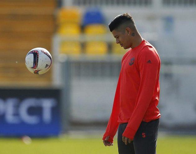 Marcos Rojo nevěří svým očím. Když míč hodí na trávník, odrazí se jako od betónu...