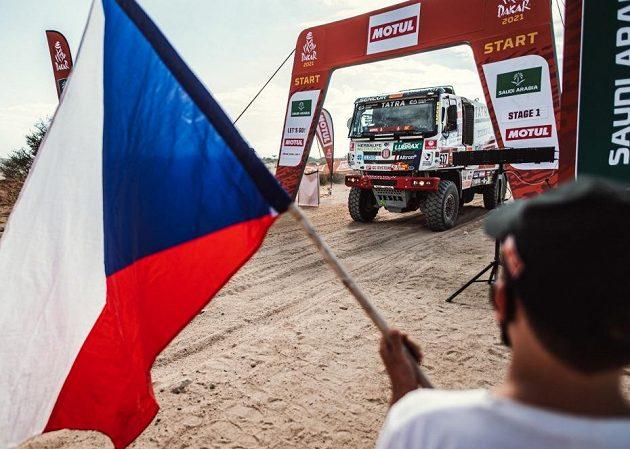 Česká vlajka odmávla na startu Tatru chilského pilota Ignacia Casaleho.