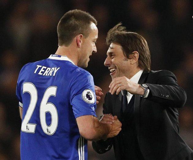 Kouč Antonio Conte objímá Johna Terryho po výhře nad Middlesbrough.