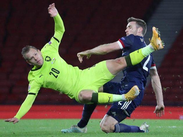 Matěj Vydra v akrobatické pozici při souboji se Stephenem O'Donnellem.
