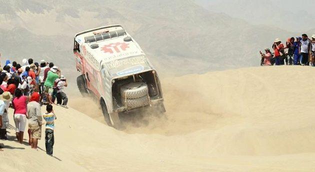Aleš Loprais projíždí dunovým polem.