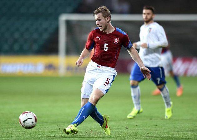 Jakub Brabec přihrává spoluhráči během přátelského utkání s Itálií.