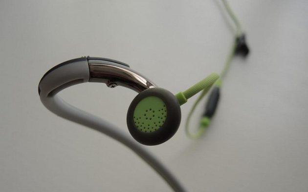 Sportovní sluchátka Sennheiser PMX 686G: Kabel je veden pouze jednou stranou.