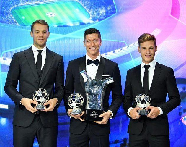 Štramáci z Bayernu Mnichov při udílení cen UEFA - zleva Manuel Neuer, Robert Lewandowski a Joshua Kimmich.