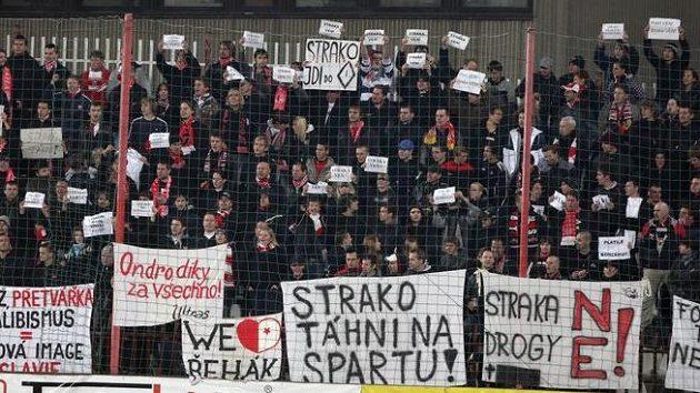 Protesty fanoušků fotbalové Slavie během zápasu na Žižkově