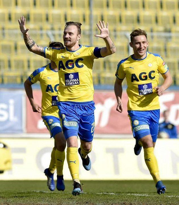 Hráči Teplic se radují z gólu proti Slovácku, vpředu jeho autor Jakub Hora.