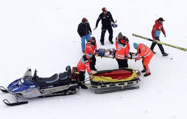 Zraněného Gregora Schlierenzauera transportují záchranáři do nemocnice.