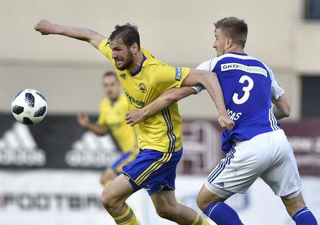 Zlínský fotbalista Tomáš Poznar ze Zlína se snaží uniknout Jakubu Jugasovi z Mladé Boleslavi.