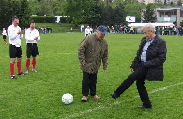 Fotbaloví internacionálové Josef Jelínek (vpravo) a Arnošt Pazdera se postarali o slavnostní výkop zápasu starých gard.