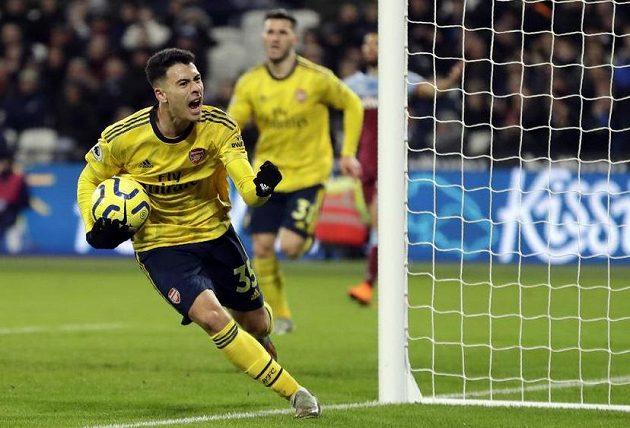 Fotbalista Arsenalu Gabriel Martinelli slaví poté, co vstřelil branku v derby londýnskému West Hamu v Premier League.