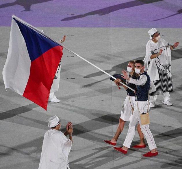 Čeští vlajkonoši, tenistka Petra Kvitová a basketbalista Tomáš Satoranský.
