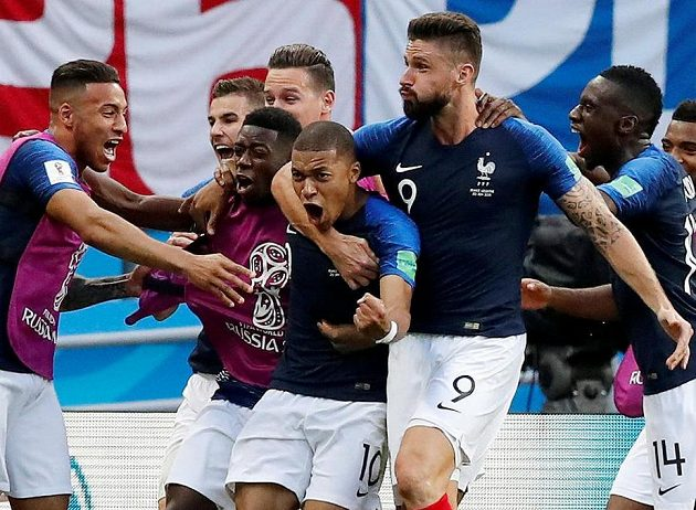 Francouzi oslavují svého hrdinu Kyliana Mbappého.