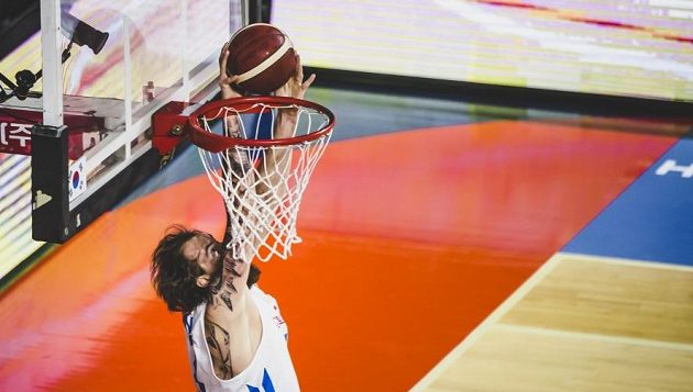 Čeští basketbalisté zakončili přípravu na mistrovství světa porážkou 79:82 s Litvou. Ondřej Balvín zakončuje jednu z úspěšných akcí.