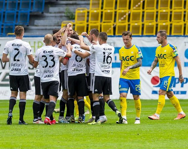 Hráči Zlína se radují z gólu.
