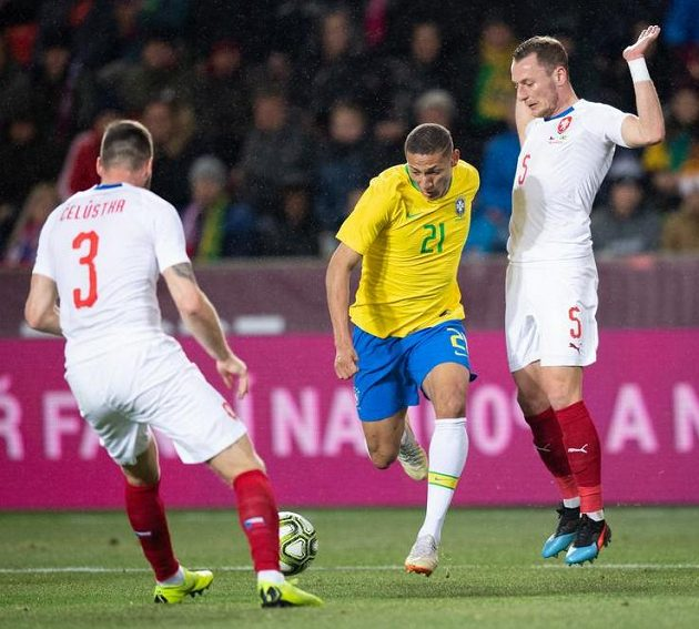 Richarlison z Brazílie a Vladimír Coufal během přátelského utkání v Praze.