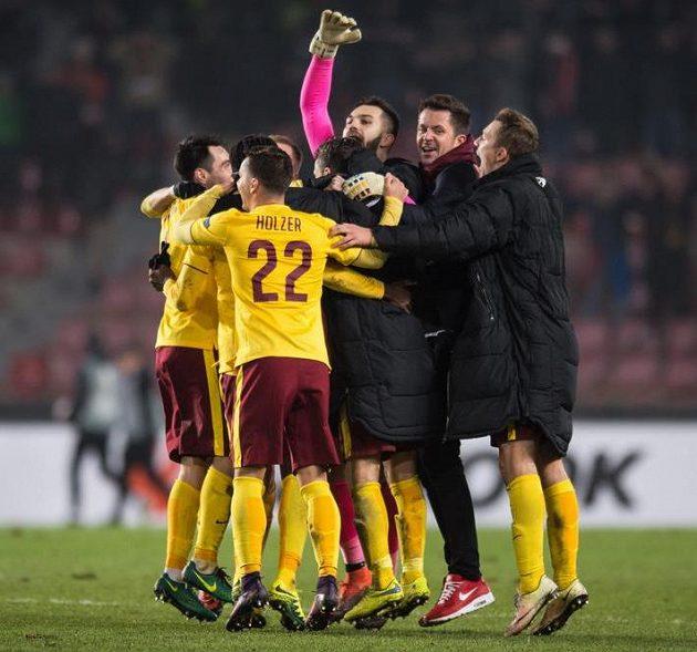 Fotbalisté Sparty a trenér David Holoubek oslavují postup po vítězství nad Southamptonem.