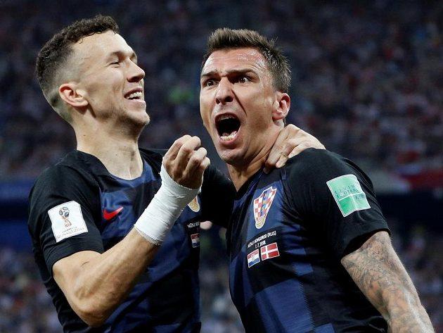 Chorvati rychle vyrovnali na 1:1. Radují se autor gólu Mario Mandžukič (vpravo) a Ivan Perišič.