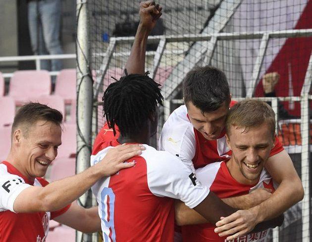 Hráči Slavie se radují z prvního gólu, který dal z penalty Tomáš Souček (vpravo).