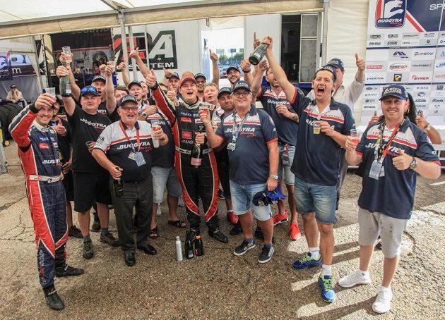 Ať žije nový šampión! Adam Lacko (uprostřed) slaví s celým týmem Buggyra.